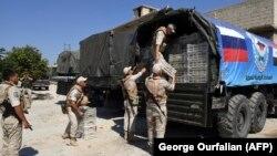 Российские солдаты распаковывают груз в сирийском городе Телль-Рифъат, 8 августа 2018 года.