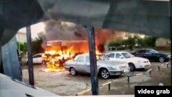 Горящий автобус рядом с отделением полиции в Сатпаеве во время волнений после задержания мужчины, подозреваемого в изнасиловании пятилетней девочки. Карагандинская область, 23–24 июля 2020 года. Кадр любительской видеозаписи.