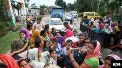 Civilë indian, derisa po largohen nga Kashmiri