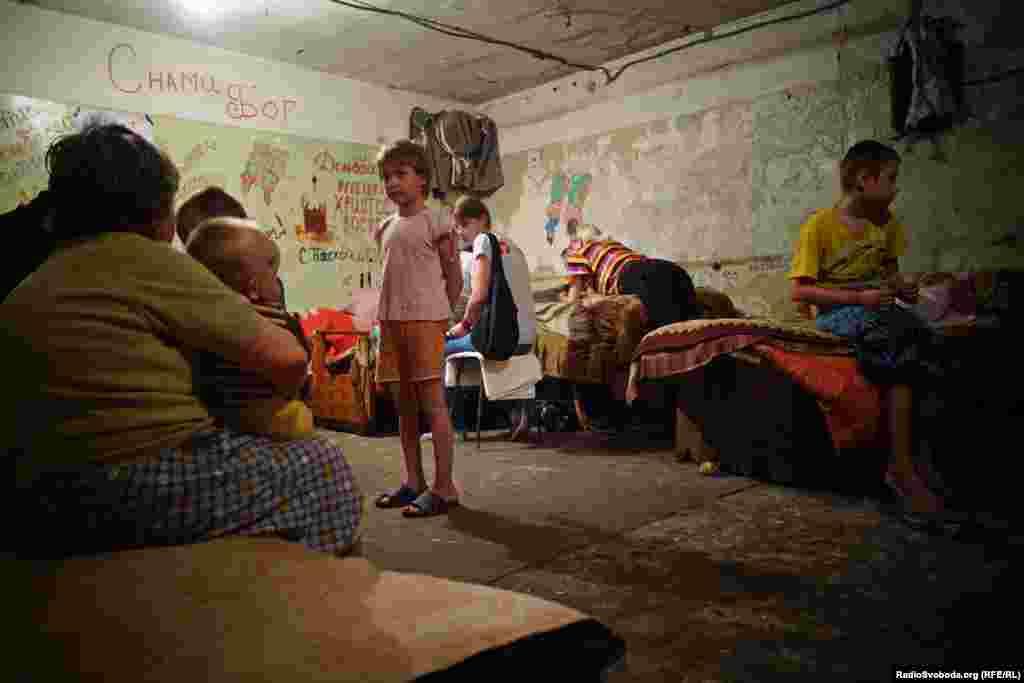 Дехто тимчасово переселився в гуртожитки у центрі міста, але багато хто вирішив залишитися у підвалах поряд із власними домівками та майном. Більшість людей бояться, що місцеві мародери розграбують їхні будинки, якщо їх покинути.