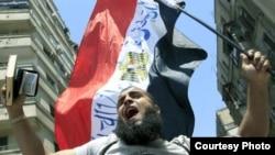Каирдегі Тахрир алаңында наразылық танытып тұрған адам. Египет, 29 шілде 2011 жыл. (Көрнекі сурет)