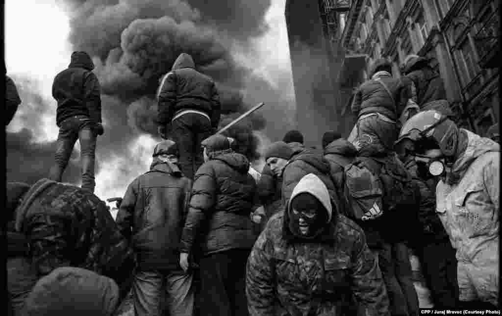 """Protestuesit dhebarrikadat në Kiev, Ukrainë. Çmimi i Dytë, """"Lajme të Përgjithshme"""", nga freelanceri Juraj Mravec."""