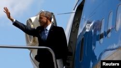Президент США Барак Обама на борту самолета Air Force One