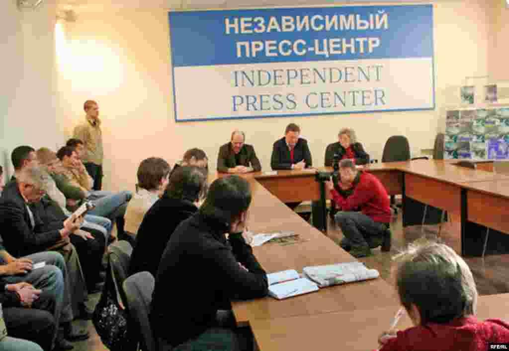 Пресс-конференция в Независимом пресс-центре, посвященная выпуску новых книг оппозиционных авторов.