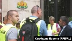 Данаил Кирилов (вдясно) отрече на 5 юли пред представители на протестиращите надзиратели заместникът му Николай Проданов да е притискал Васил Миладинов сам да напусне.