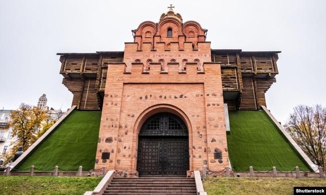 «Золоті ворота» (умовне відтворення, зовнішній фасад) – головна брама стародавнього Києва, пам'ятка оборонної архітектури України-Русі, одна із найдавніших датованих споруд Східної Європи. Перша згадка: 1037 рік