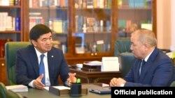 Премьер-министр Мухаммедкалый Абылгазиев Экономикалык кылмыштуулукка каршы күрөш боюнча мамлекеттик кызматтын башчысы Бакир Таиров менен.