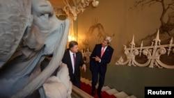 Государственный секретарь США Джон Керри говорит с президентом Украины Петром Порошенко. Киев, 7 июля 2016 года.