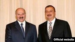 Президент Белоруссии Александр Лукашенко (слева) и президент Азербайджана Ильхам Алиев