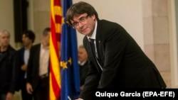 Carles Puidgemont duke e nënshkruar deklaratën e pavarësisë së Katalonjës