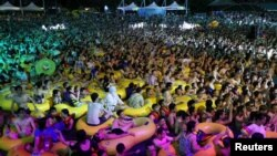 Çində hovuzda musiqi partisi, arxiv fotosu