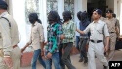 Полицијата ги носи обвинетите во судот