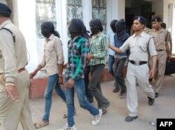Hindistan -- Polis kütləvi zorlamada şübhəli bilinənləri məhkəməyə aparır, 18 mart 2013