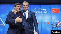 Премьер Турции Ахмет Давутоглу и председатель ЕС Дональд Туск на встрече в Брюсселе 29 ноября 2015 года