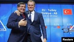 Түркиянын премьер-министри Ахмед Давутоглы жана Евробиримдиктин президенти Дональд Туск. Брюссель, 29-ноябрь, 2015-жыл.