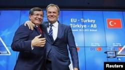 Премьер-министр Турции Ахмед Давутоглы и глава Евросовета Дональд Туск. Брюссель, 29 ноября 2015 года.