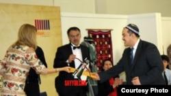 Ученый-религиовед Саидабзал Саиджалолов вручает Гульнаре Каримовой посвященную ей газель в жанре мувашшах.