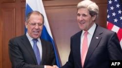 Государственный секретарь США Джон Керри (справа) и министр иностранных дел России Сергей Лавров (слева). Берлин, 26 февраля 2013 года.