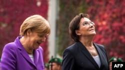 Германиянын канцлери Ангела Меркел (солдо) жана Польшанын премьер-министри Ева Копач (оңдо) Аскерий салтанатта. Берлин, 9-октябрь 2014