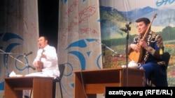 Ақындар Айбек Қалиев (сол жақта) пен Бауыржан Халиолла. Алматы, 12 ақпан 2011 жыл.