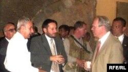 АКШнын Багдаддагы элчиси Кристофер Хилл(оңдо) Ирак музейинде.