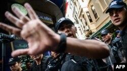 Спецзагін поліції під час спроби демонстрації у Стамбулі 19 червня 2016 року