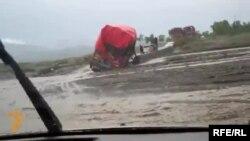 Пакистан. Суу каптаган кан жолдогу жүк тарткан машине.