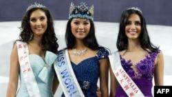 """""""Мисс Мира - 2012"""" китаянка Юй Вэнься (в центре), первая вице-мисс из Уэльса Софи Молдс (слева) и вторая вице-мисс австралийка Джессика Кахавати."""