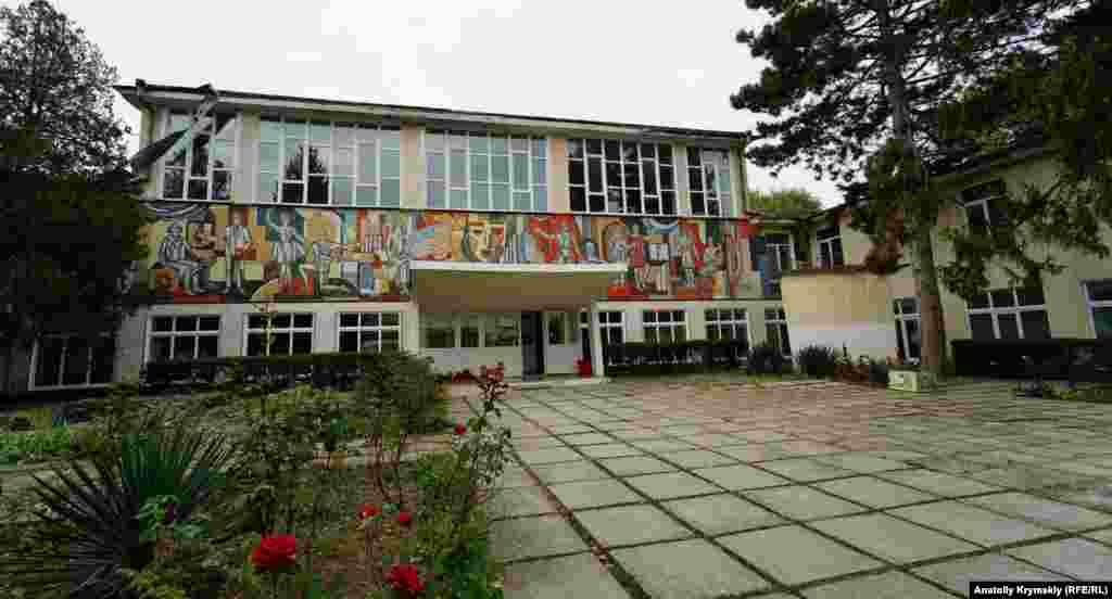 Дворец культуры с мозаикой на фасаде построен в начале 80-х годов прошлого столетия