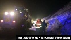 За повідомленням, висота снігу на дорозі сягала близько двох метрів