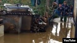 Двор одного из домов в микрорайоне «Костангельды» после наводнения. Скриншот c сайта YouTube. Жезказган, 30 сентября 2012 года.