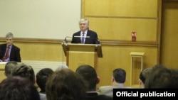 Глава МИД Армении выступает с речью в Оксфордском университе, 21 мая 2013 г. (Фотография - МИД Армении)