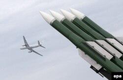 """Орусиялык """"Бук-M2"""" ракета комплекси MAKS-2013 авиа жана космостук көргөзмөсүндө. Москванын ныптасындагы Жуково аэродрому. 31-август 2013"""