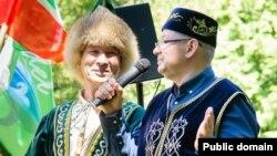 Мужчины в башкирском и татарском головных уборах. Фотография сделана во время Сабантуя в Латвии в 2018 году