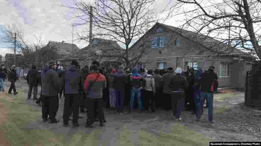 Ці люди зібралися підтримати сім'ю Рустема Емірусеїнова в день обшуку