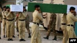 Пакистанские военные несут гробы с телами погибших сослуживцев. Иллюстративное фото.
