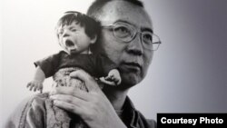 Una din fotografiile lui Liu Xiabo, expuse la expozițiile de la Paris (2011) și New York (2012)