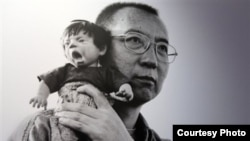 Портрет китайского диссидента и лауреата Нобелевской премии Лю Сяобо с «кричащей куклой» на плече.