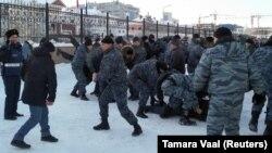 Полицейский спецназ проводит задержания участников шествия 16 декабря в Нур-Султане.