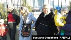 Женщины приковали себя цепями к ограждению рядом с генеральной прокуратурой. Астана, 15 апреля 2014 года.