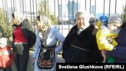 Женщины приковали себя цепями к ограждению перед генеральной прокуратурой. Астана, 15 апреля 2014 года.