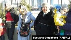 Женщины, земельные участки которых изымают «под госнужды», приковали себя цепями к ограждению перед генеральной прокуратурой. Астана, 15 апреля 2014 года.