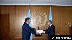 ՄԱԿ-ում Հայաստանի ներկայացուցիչ Կարեն Նազարյանը իր հավատարմագրերն է հանձնում կազմակերպության գլխավոր քարտուղար Բան Կի-մունին, Նյու Յորք, 10-ը սեպտեմբերի, 2009թ.