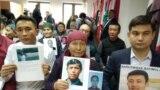 Пришедшие на пресс-конференцию в Нур-Султане казахи с фотографиями своих родных, которые, по их словам, содержатся под стражей в Синьцзяне, отправлены там в «лагеря политического перевоспитания». Ноябрь 2019 года.