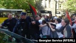 В ходе акции между полицией и манифестантами завязалась словесная перепалка, которая быстро переросла в рукоприкладство