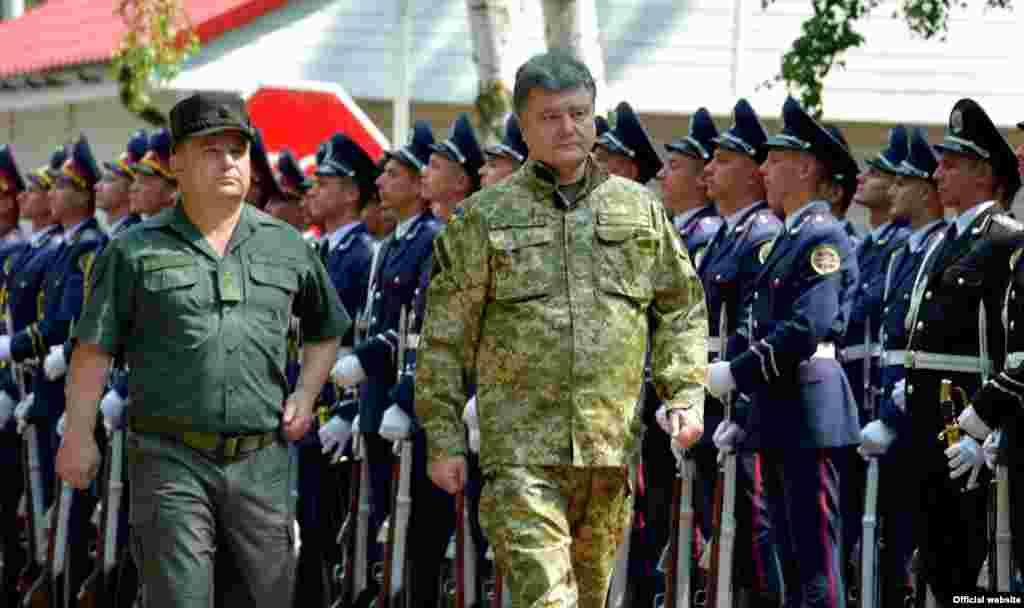 Президент України Петро Порошенко у навчальному центрі Національної гвардії в Нових Петрівцях, 26 липня 2014 року