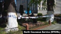 Активисты пытаются защитить памятник лентой, состоящей из фотографий