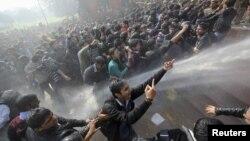 Полицијата во главниот град на Индија Њу Делхи втор ден по ред користи водени топови и гумени палки да ги растера гневните демонстранти.