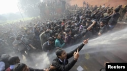 16-njy dekabrda bolan bu waka Nýu-Delide uly protest çykyşlaryna sebäp boldy. Nýu-Deli, 22-nji dekabr.