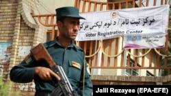 Співробітник афганської поліції поблизу офісу реєстрації виборців у Кабулі, 23 квітня 2018 року